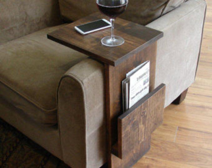 Simplement Awesome Couch Sofa Arm Rest Wrap Tray Table avec fente de rangement latéral