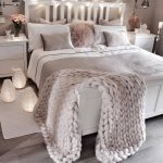 44 Lovely White Bedroom Decorating Ideas For Winter - ROUNDECOR