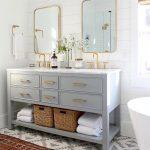 Badezimmer mit Doppelwaschtisch und der Bistro Four Light Bath Sconce von Ian K…. - bingefashion.com/dekor