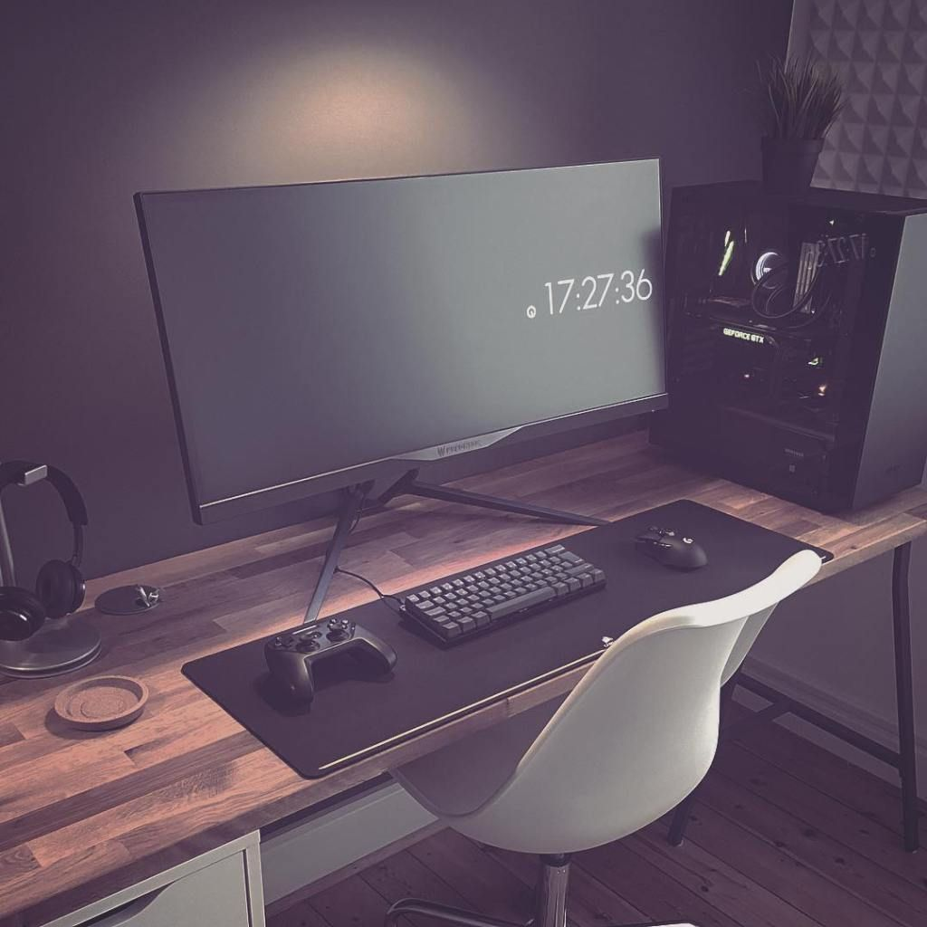 Dark, Minimal PC Workspace By Erik Sutton – MinimalSetups