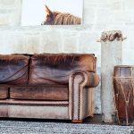 Écolo-chic, mur de Pierre, canapé cuir | living room