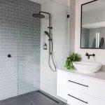 J'aime cette salle de bain. Si simple et propre. Sera des années et des années avant que loo … - https://pickndecor.com/fr