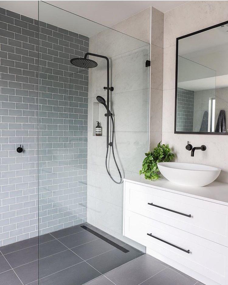 J'aime cette salle de bain. Si simple et propre. Sera des années et des années avant que loo … – https://pickndecor.com/fr
