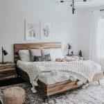 Neutrales Schlafzimmerdesign mit extra großem Teppich und Holzbett - https://pickndecor.com/ideas