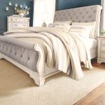 Realyn King Sleigh Bed, Chipped White
