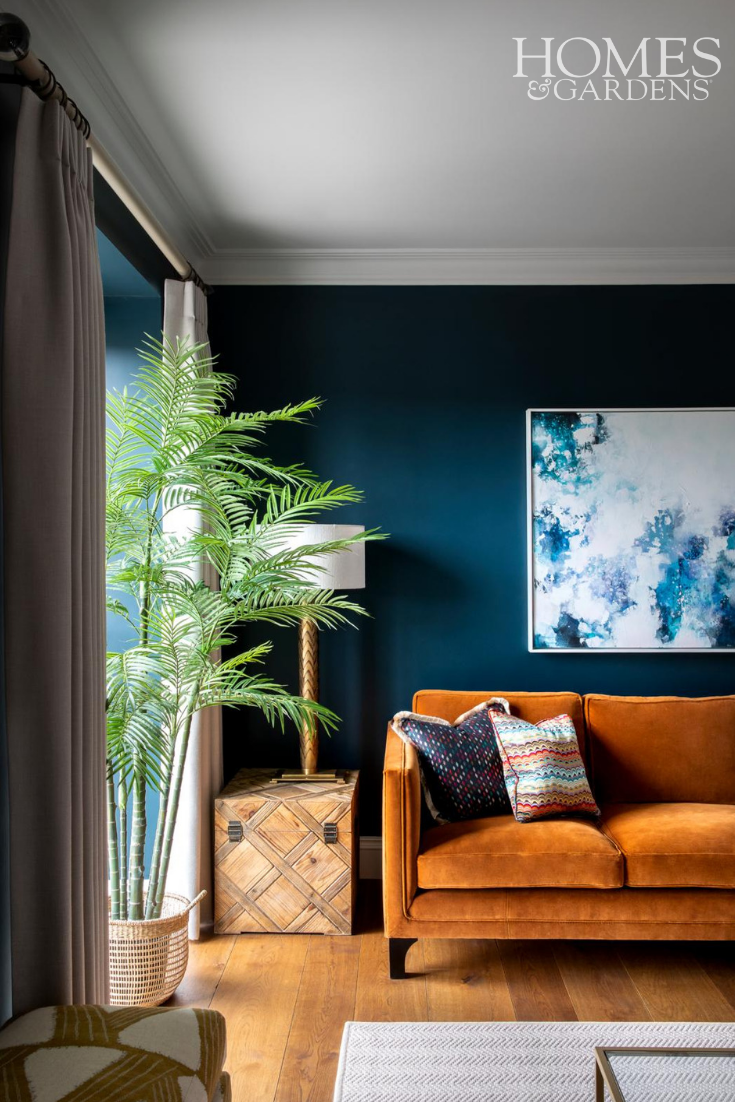 URBAN CHIC LIVING ROOM WITH BOLD POPS OF COMPLIMENTARY COLOURS, ORANGE AND BLUE