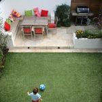pequeño #jardin con #cespedartificial y una #terraza con #barbacoa