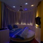 the ceiling ties this room all together. ♥